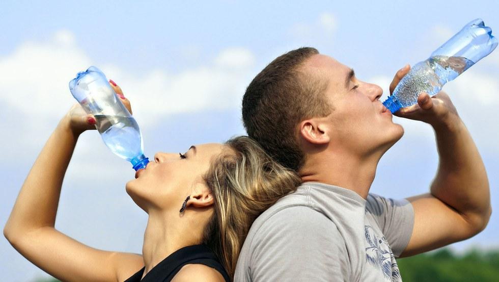 Выпью воды и сразу потею