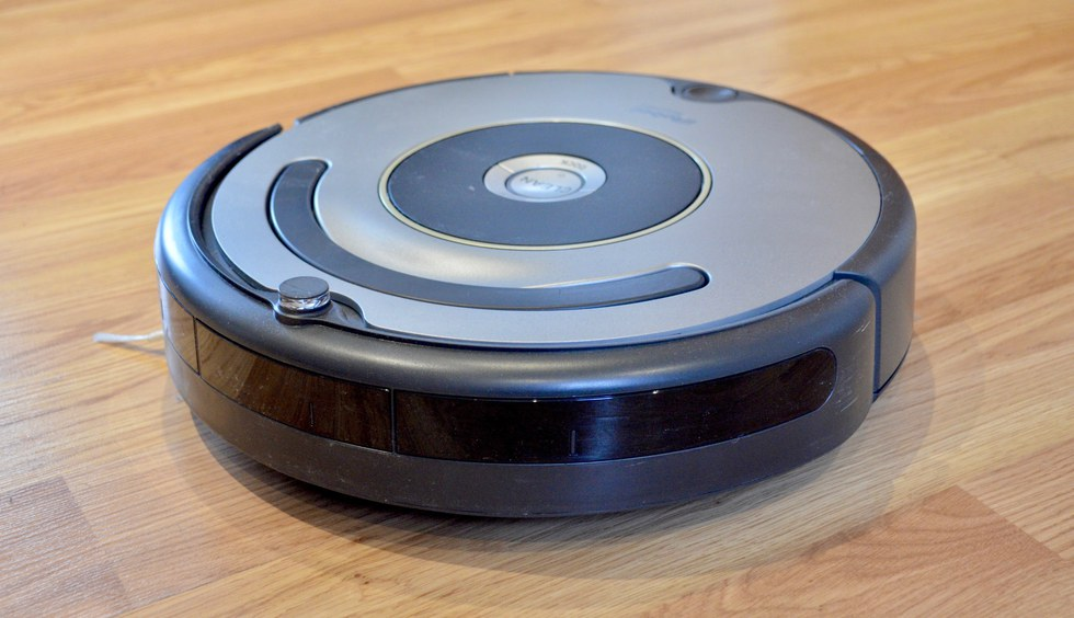 Picture of iRobot Roomba 614 on a floor.