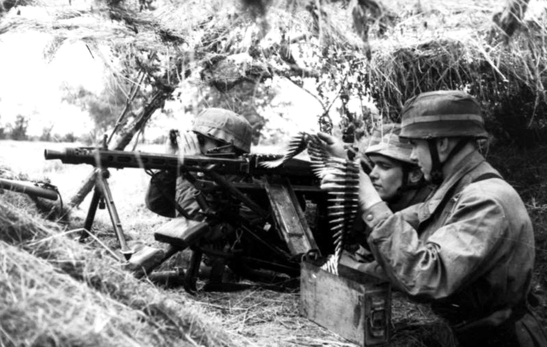 WW2 German Wehrmacht Soldiers MG-42 Gunner Picture