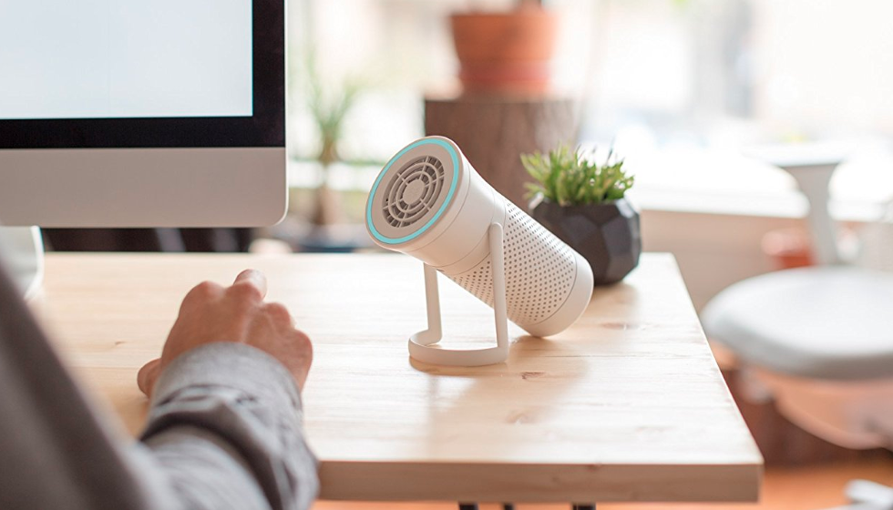 Picture of Wynd air quality tracker on a desktop