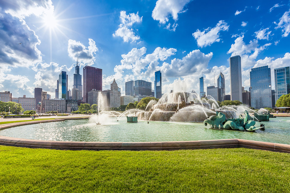 Buckingham fountain and Chicago downtown skyline