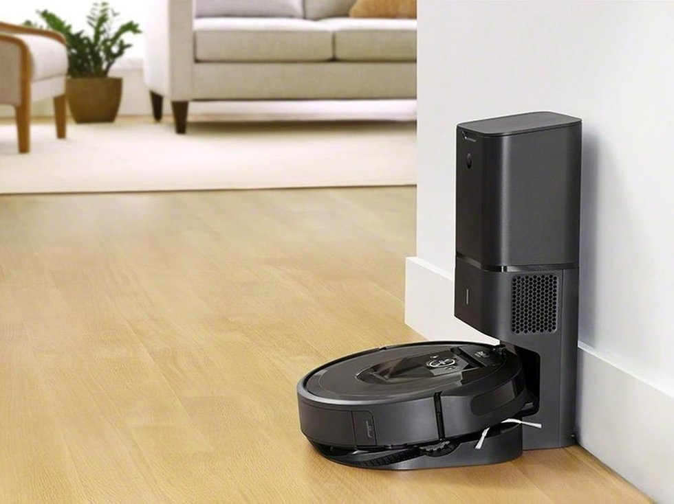 Picture of iRobot Roomba 980 smart vacuum in its docking station.