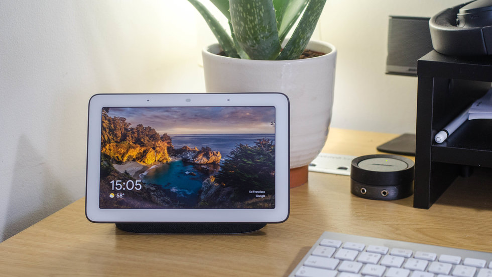 Picture of Google Home Hub on a desk.