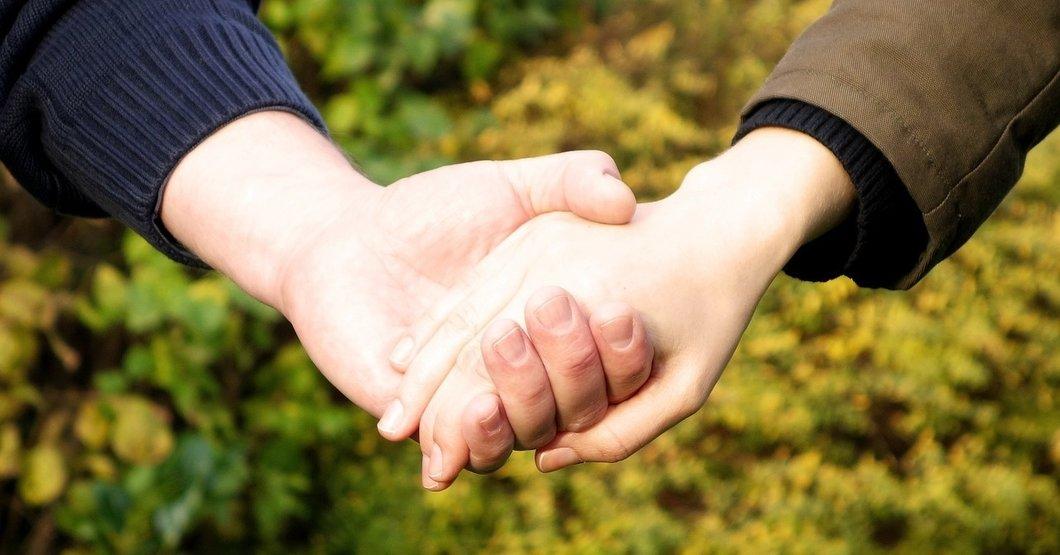 Pixabay - Holding hands