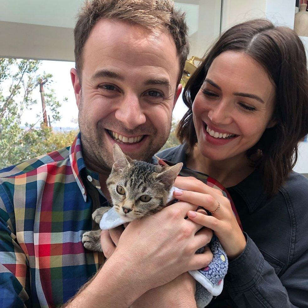 Mandy Moore adopts kitten