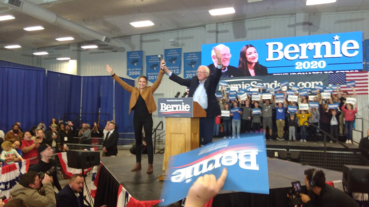 Sanders AOC Promote Green New Deal at Largest Iowa Democratic Primary Rally
