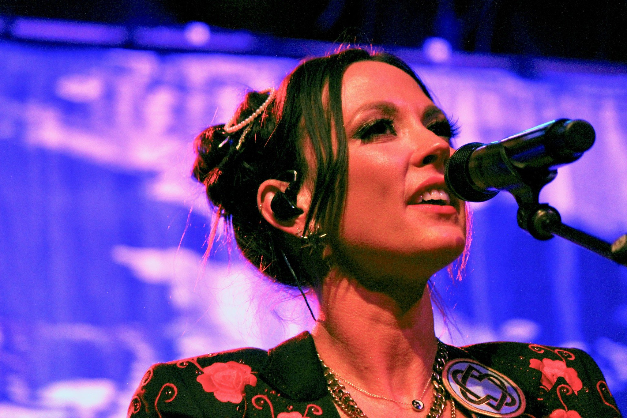 Amanda Shires Stokes Fires of Raging Rock  n  Roll on Atmosphereless Tour
