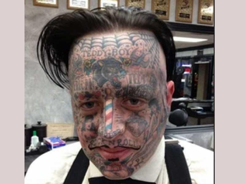 Tattooed guy fucking mate in a car