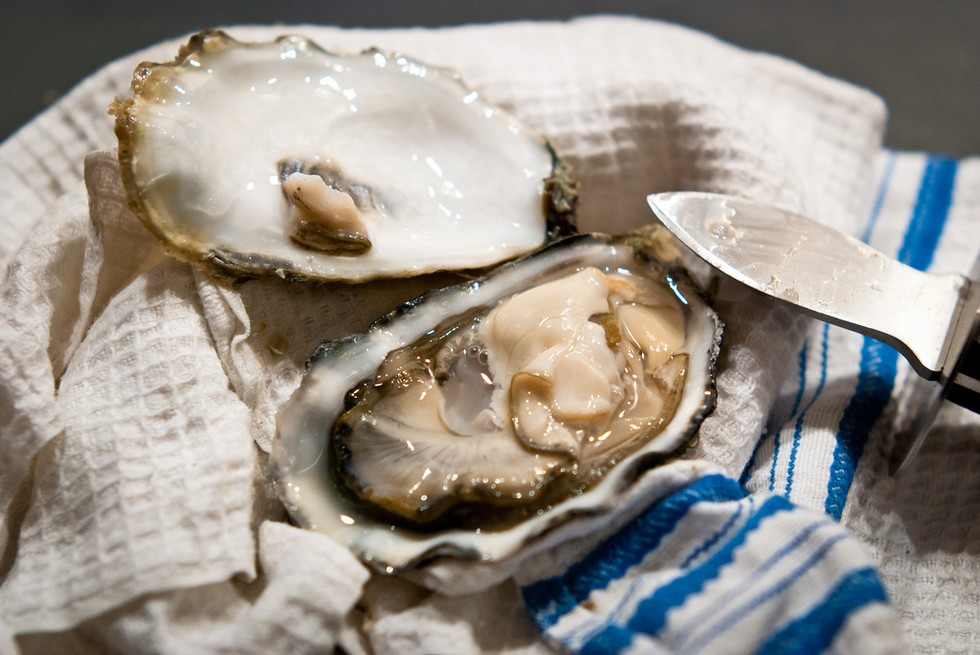 eating oysters - photo #17