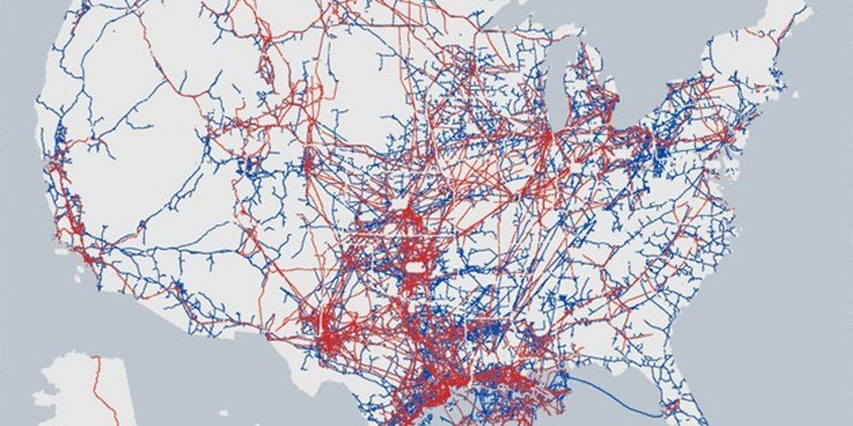Map of natural gas and oil pipelines in the United States. Hazardous liquid lines in red, gas transmission lines in blue. Photo credit: Pipeline and Hazardous Materials Safety Administration